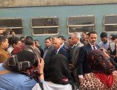 وزير النقل يتفقد محطة مصر ويستقل قطار المناشى ويستمع لشكاوى الركاب