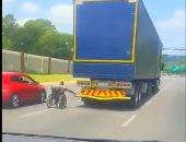 التهور على الطريقة الإفريقية.. يمسك بشاحنة تسير بسرعة 50 ميل على كرسيه المتحرك