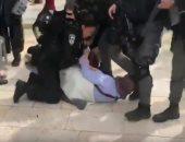 شاهد.. قوات الاحتلال الاسرائيل تقتحم المسجد الأقصى وتعتدى على المصلين