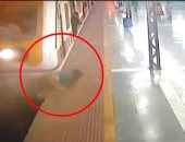 """""""انكتبلها عمر جديد"""".. نجاة هندية من الموت بعد أن صدمها قطار .. فيديو"""