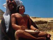 صورة عمرها 17 سنة.. الكاتب المصرى يثير بهجة خفير فى صحراء الهرم