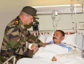 وزير الدفاع يزور المرضى بالمستشفيات العسكرية ويأمر بتوفير إمكانيات الرعاية