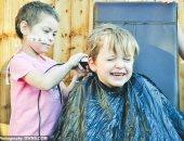 """""""بيست فريند"""".. طفل يحلق شعره لجمع تبرعات لصديقته مريضة السرطان.. صور"""