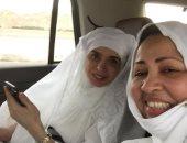 صورة بالملابس البيضاء.. دينا فى السعودية لأداء مناسك العمرة