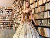 لو بتحبى القراءة.. مصممة فرنسية تصنع الفساتين من حواف الكتب × 15 صورة