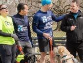 عداء كفيف وكلابه يدخلون التاريخ فى سباق نيويورك لنصف الماراثون