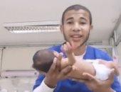 القصة الحقيقية وراء فيديو رقص ممرض برضيعة داخل الحضانة عقب ولادتها