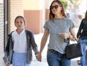 صور.. جينيفر جارنر تصطحب ابنتها لتناول آيس كريم بعد المدرسة