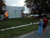 تكريما لأرواح الشهداء.. 50 حذاء أبيض أمام كنائس نيوزلندا