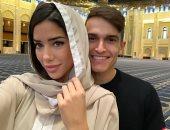 نجم أرسنال يثير الجدل برفقة صديقته داخل المسجد الكبير بالكويت.. اعرف التفاصيل