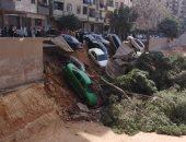 صور.. هبوط أرضى يتسبب فى انهيار سور وتهشم 7 سيارات بالسلام