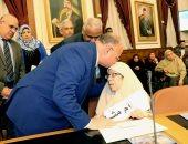 محافظ القاهرة يقبل رؤوس الأمهات المثاليات أثناء تكريمهن