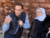 """صور .. طارق علام يكرم الأمهات فى شوارع مصر ببرنامج """"هو ده"""".. الليلة"""