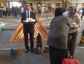 السكة الحديد توزع ورد وحلوى على ركاب محطة مصر بمناسبة عيد الأم