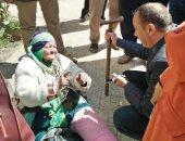 """""""تضامن دمياط"""" تنقل سيدة مٌسنة من ميدان الساعة إلى إحدى دور الرعاية"""