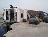 إصابة شخصين فى حادث انقلاب سيارة نقل على طريق الفرافرة سهل بركة