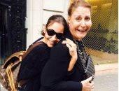 منة شلبى تحضن والدتها وتوجه لها رسالة فى عيد الأم