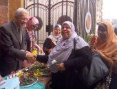"""وكيل التعليم بالقليوبية يقدم باقات الورود للأمهات احتفالا بعيد الأم.. """"صور"""""""