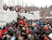 """""""هكذا يحتفلون بالربيع"""".. روس يحرقون دمية سيدة ويتسلقون قلعة جليدية ..صور"""