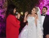 شاهد.. زغروتة وغناء ياسمين على فى فرح مى حلمى ومحمد رشاد.. فيديو