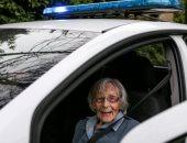 """""""دخلوها السجن"""".. الشرطة الإنجليزية تحقق أمنية سيدة عمرها 104 أعوام.. صور"""