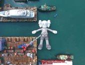 """""""جثة لطيفة عائمة"""".. ماذا يفعل تمثال عملاق على سطح مياه هونج كونج؟"""