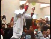 """فيديو.. شاهد أطباء مستشفى الشيخ زايد آل نهيان يرقصون على أغنية """"شيكولاته"""""""