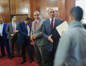 فيديو وصور.. وزير القوى العاملة يوزع 100 شهادة أمان فى البحر الأحمر
