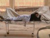 """""""رايح بيها على فين"""" شخص يصطحب زوجته على سرير مستشفى بالشارع"""