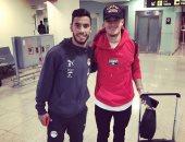 صور .. لاعبو المنتخب الأولمبى يلتقطون صورا تذكارية مع كوتينيو بمطار برشلونة