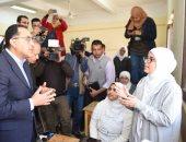 """صور.. رئيس الوزراء لطالبات الصف الأول الثانوى: """"نسلحكن بأدوات العصر الحديثة"""""""