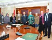 وزير التنمية المحلية يكرم الأمهات المثاليات بالوزارة