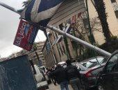 قارئ يرصد سقوط عمود إنارة على سيارة بمنطقة العباسية