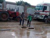 صور.. مجلس أشمون يرفع مياه الأمطار لتسهيل حركة المرور بالمنوفية