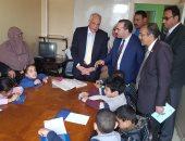 صور.. محافظ الجيزة يوزع مساعدات مالية على 85 مسن وطفل بدور الرعاية