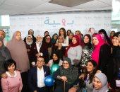 فيديو وصور.. ريهام حجاج تقضى يوما مع محاربات سرطان الثدى بمستشفى بهية