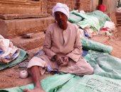 """صور.. قصة عم عبد الرحيم من قنا.. 50 عاما فى مهنة خياطة """"البالة"""" وأجولة الدقيق"""