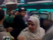 قارئة تشارك بفيديو لمنشدين يضفون البهجة على ركاب قطار البهجة إسكندرية - قنا