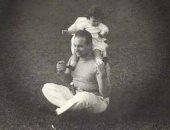قصة صورة.. الملك فاروق يحمل ابنته الكبرى فريال على كتفه