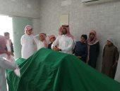 معلم سعودى يشرح للتلاميذ كيفية الغسل والتكفين داخل مغسلة موتى بالطائف.. صور