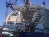 فيديو وصور.. رافعة تتسبب فى أضرار بالغة بعد سقوطها على أكبر سفينة بالعالم