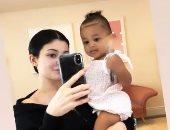 ابنة كايلى جينر تفاجئها بضربة أثناء تصويرها.. فيديو وصور
