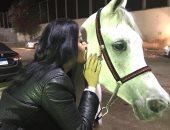 """بـ""""فوتو سيشن"""" مع خيل عربى.. سمية الخشاب بعد الطلاق: أحلى طاقة إيجابية"""