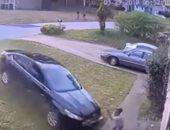 """فيديو.. """"تشوف الحادثة تقول ماتت"""".. نجاة طفلة دهستها سيارة بسرعة جنونية"""