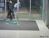حرامية في كي جي..سطو على متجر مجوهرات بأستراليا ينتهى بسقوط المسروقات..فيديو