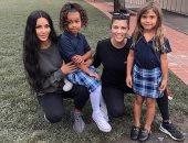 الأختان كاردشيان تحتفلان بعودة ابنتيهما للمدرسة.. وانتتقادت لحذاء ابنة كورتينى