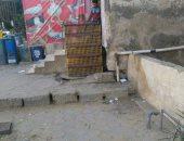 سكان عقار بمساكن النيل فى القطامية يتضررون من محل طيور يرمى مخلفاته