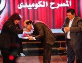 مجدى صبحى يقبل يد وزيرة الثقافة بعد تكريمه فى افتتاح العائم (صورة)