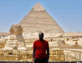 النجم الإيفوارى يايا توريه يستعد لقرعة أمم أفريقيا 2019 بصورة من الأهرامات