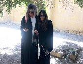 للمرة الأولى.. ابنة ناهد الشريف تزور قبرها بصحبة بوسى شلبي